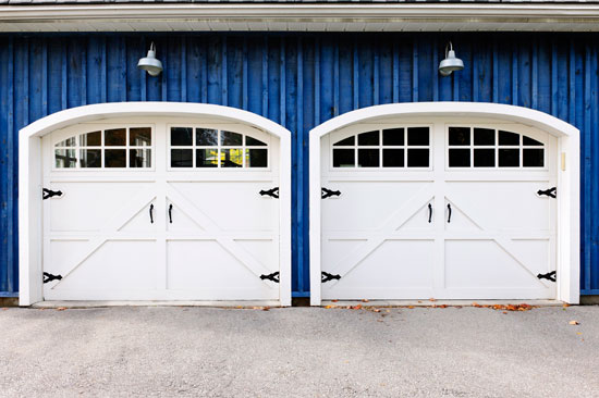We help you with a garage door buying guide.